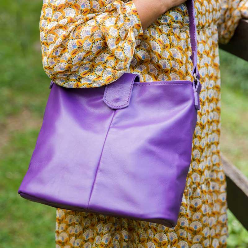 sac en cuir saxo violet mis en situation