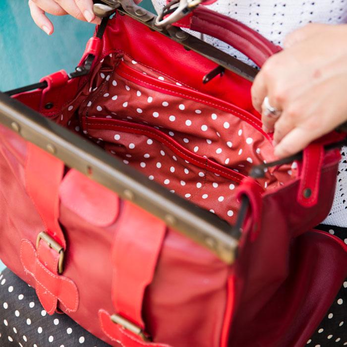 Vue intérieur du sac en cuir rouge