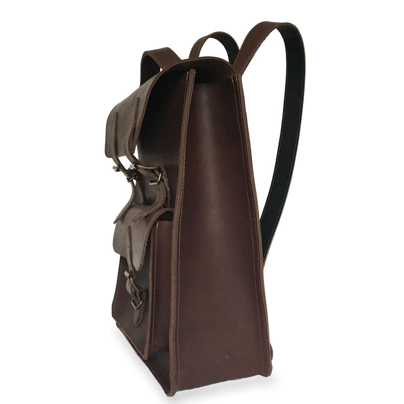 Présentation du côté du sac à dos en cuir