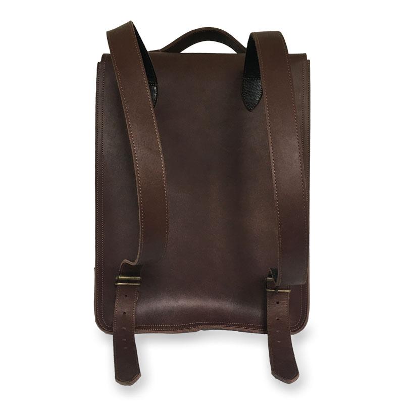 Présentation du dos du sac à dos en cuir